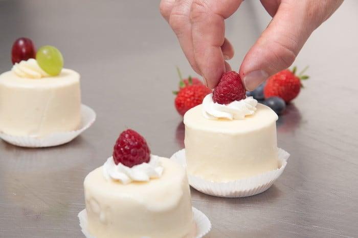 Ha cukrásztechnológiai alapműveleteket szeretnél végezni és finomságokkal lepnéd meg az embereket, akkor a Cukrász OKJ tanfolyam Neked való!